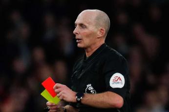 السعال المتعمد يصبح بمثابة اللكم ويستحق البطاقة الحمراء بين لاعبي الدوري الإنكليزي