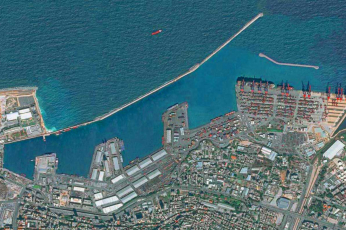 سفن الحاويات ترسو في بيروت مع عودة محطة الحاويات في مرفأ بيروت للعمل