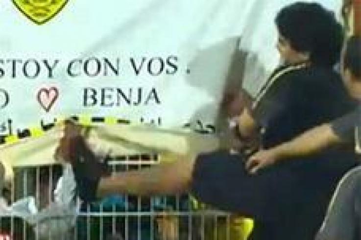 مارادونا يركل مشجع إماراتي ويعتذر