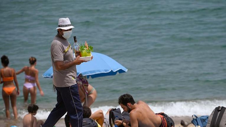 السياحة العالمية تتبنى ارتداء الكمامة في كل مكان
