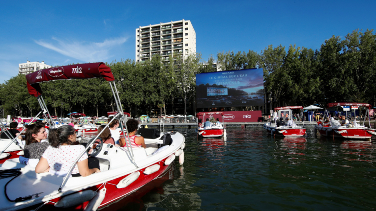 بالفيديو ، الباريسيون يستمتعون بالسينما من قوارب على نهر السين