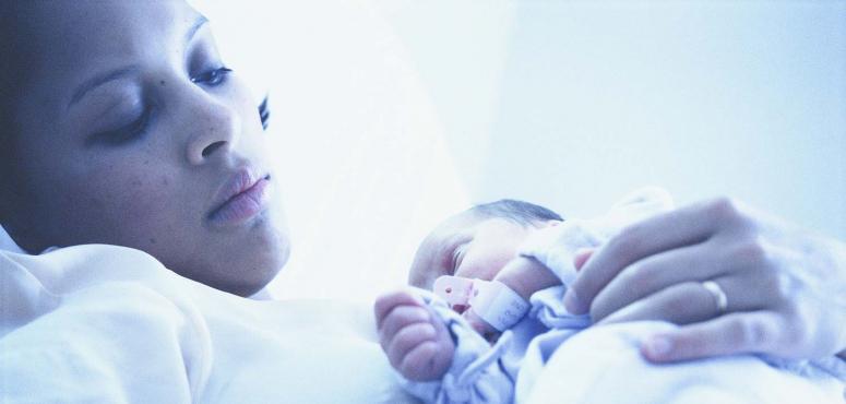 دراسة: اكتئاب ما بعد الولادة قد يستمر لسنوات