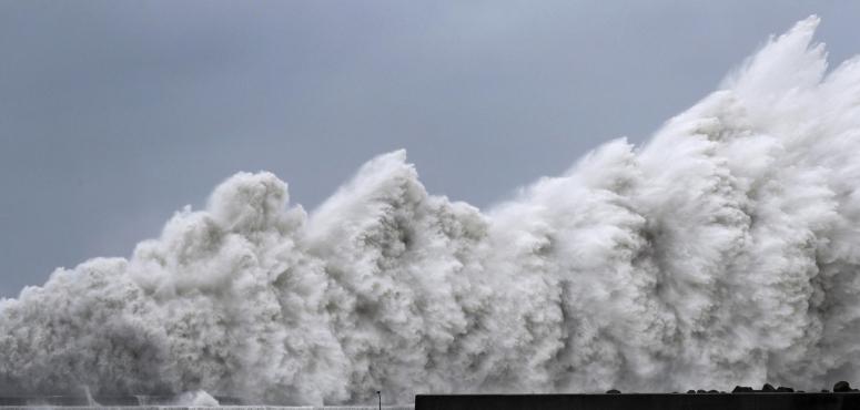 اليابان تستنفر وتطالب مليون مواطن بإخلاء منازلهم بسبب الإعصار