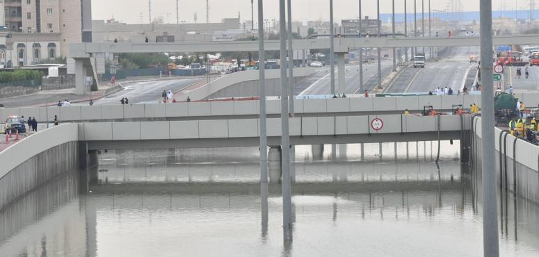 شاهد ماذا فعلت السيول الجارفة بالسيارات في شوارع الكويت