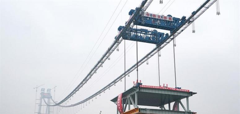 بالصور : الصين تبني أطول جسر معلق بمستويين في العالم