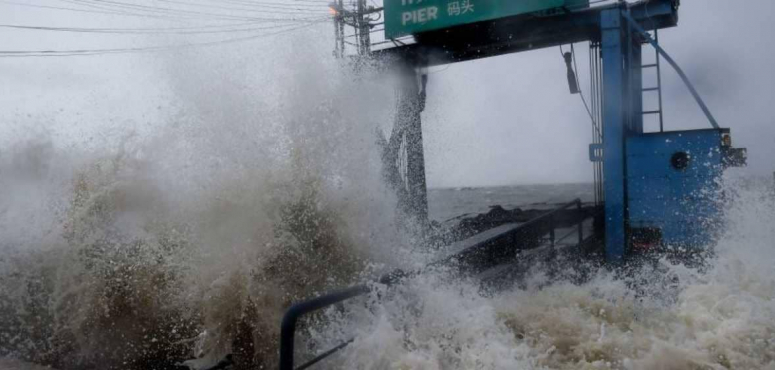 بالصور : عاصفة بابوك تحاصر مئات السياح في تايلاند