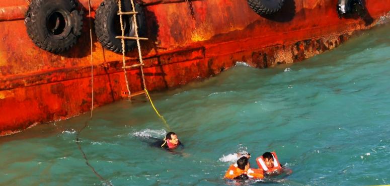 رغم ارتفاع حدة الموج.. شرطة دبي تنقذ حياة 14 بحاراً جنحت سفينتهم