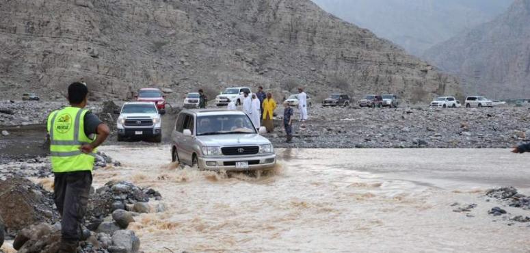 فرق الطوارئ تنقذ 570 شخصاً عالقين في الجبال والوديان برأس الخيمة