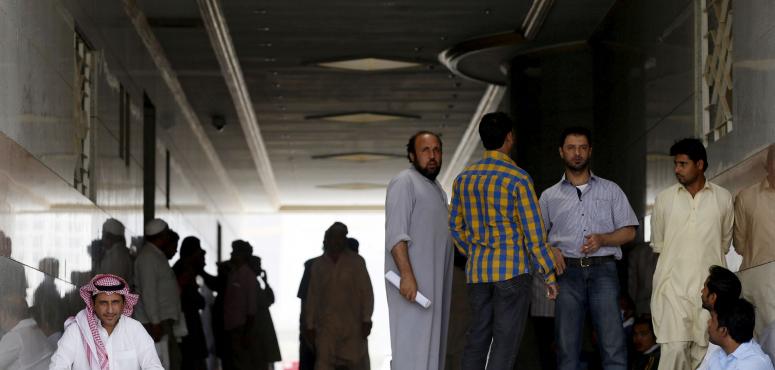 متى يحق للمقيم نقل خدماته دون موافقة صاحب العمل السعودي؟