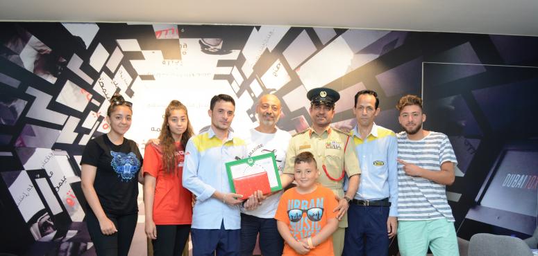 شرطة دبي تكرم سائق أجرة سلم حقيبة تحوي 21 ألف دولار