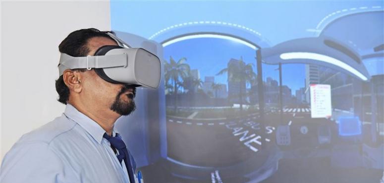 طرق دبي تدرب السائقين المهنيين بـ «الواقع الافتراضي»
