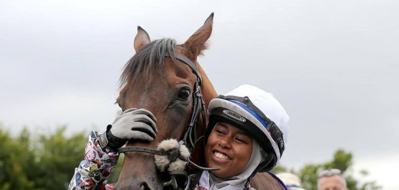 بالصور : أول فارسة محجبة في سباقات الخيول في بريطانيا