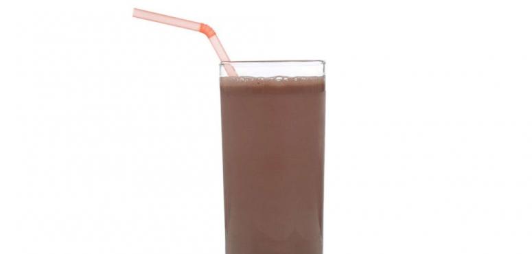 أخصائيون يحذرون من مخاطر الحليب المنكه على الأطفال .. لهذه الأسباب