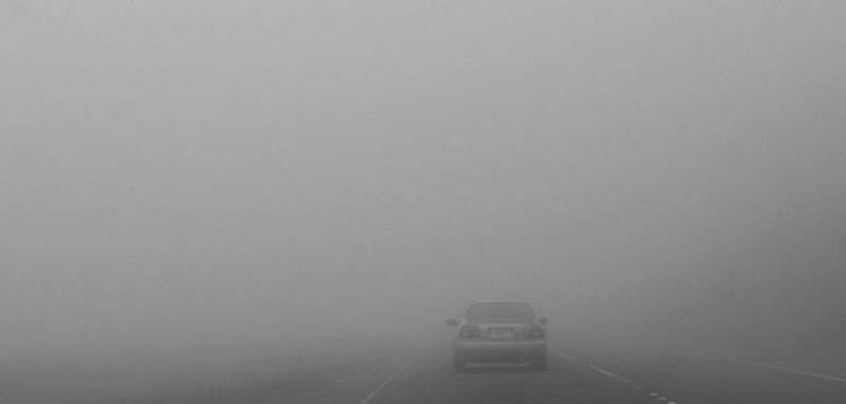 شرطة أبوظبي تدعو السائقين لخفض السرعة إلى 80 كم خلال تشكل الضباب