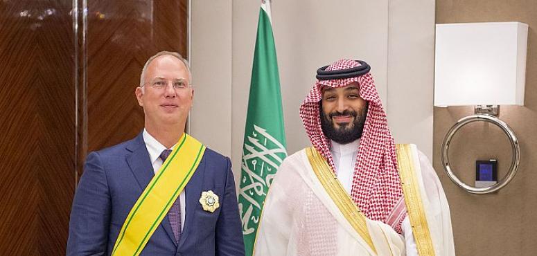 ولي العهد السعودي يقلد الرئيس التنفيذي لصندوق الاستثمار الروسي المباشر وشاح الملك عبدالعزيز