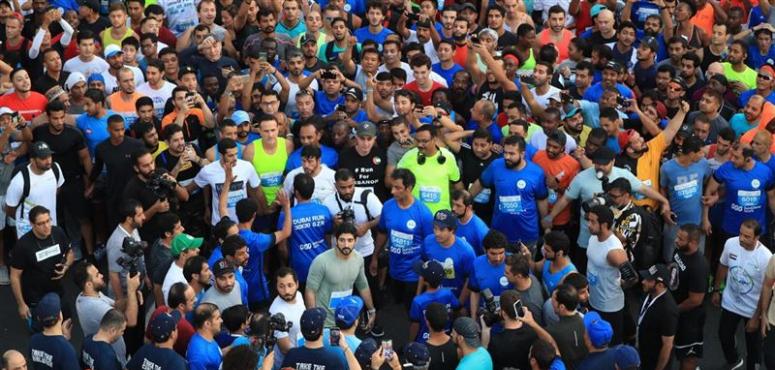 بالصور.. حمدان بن محمد يتقدَّم 70 ألف مشارك في تحدي دبي للجري