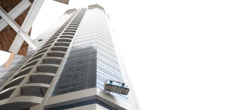 سيدتان تنقذان عاملين تعرضا للرياح الشديدة أثناء تنظيف زجاج برج في عجمان