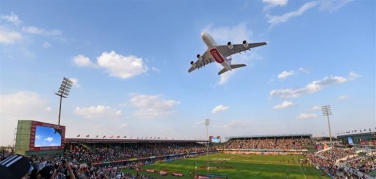 طائرة «الإمارات A380» تفاجئ جمهور الرجبي في دبي