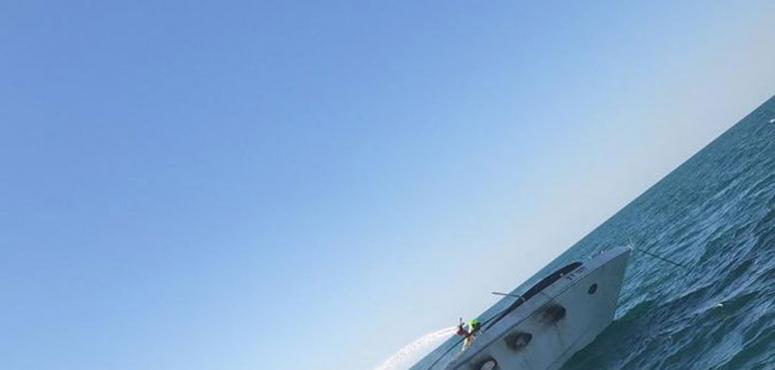 شاهد.. السيطرة على حريق شب في يخت قرب مدينة جميرا بدبي