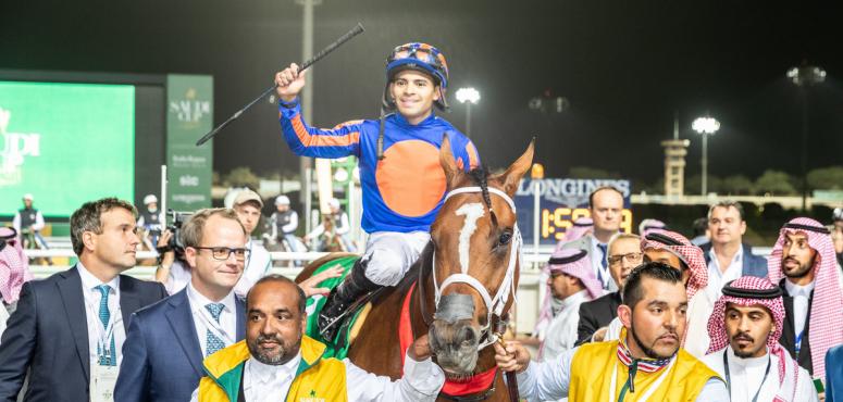 شاهد  الحصان الأمريكي ماكسيمم سكيورتي يخطف الفوز بكأس السعودية