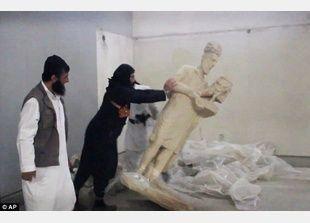 داعش تحطم الآثار في متحف الموصل