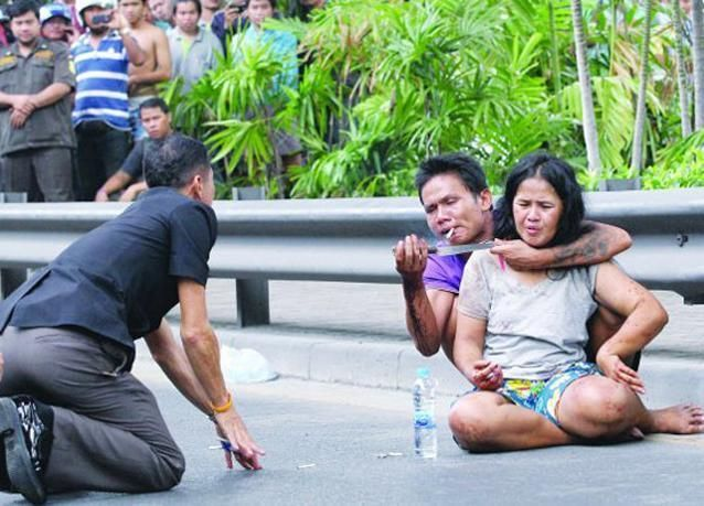 صور تايلندي يحتجز زوجته رهينة وهو تحت تأثير المخدرات