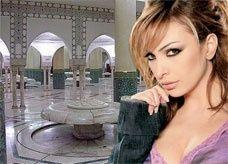 أمل حجازي تغني وترقص داخل مسجد الحسن الثاني في المغرب