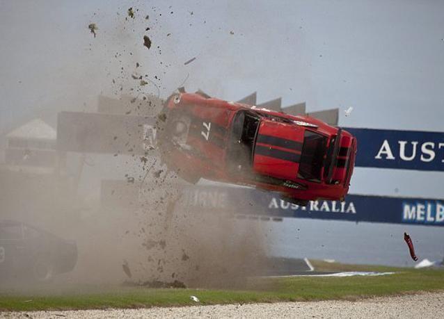 بالصور: سائق بورش بنجو بأعجوبة من حادث تحطم فظيع