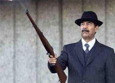 بندقية صدام حسين في يد أمير كويتي