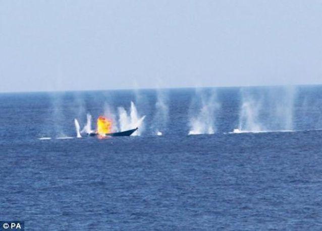 بالصور: قوّة بحرية أوروبية تفجّر مركباً لقراصنة صوماليين