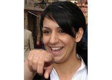 تساهم في موت طفلها وتبتسم لعدسات الصحفيين