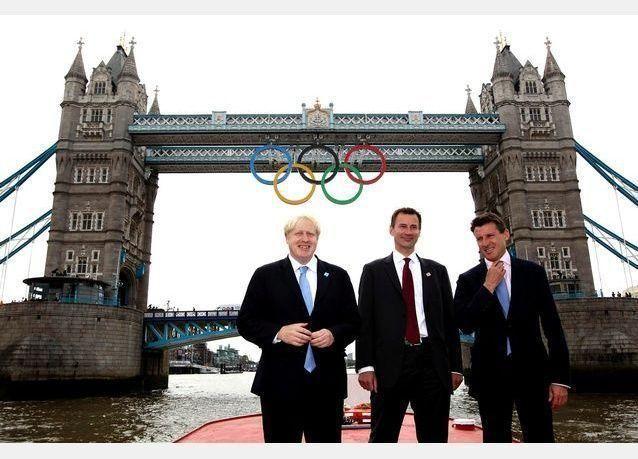 صور تثبيت الحلقات الأولمبية على جسر برج لندن