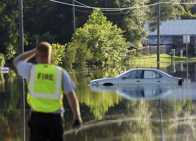 """بالصور: العاصفة الاستوائية """"ديبي"""" تضرب ولاية فلوريدا"""