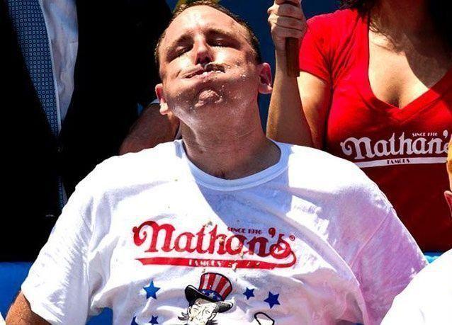 """بالصور: بطل أكل """"الهوت دوغ"""" يحافظ على لقبه بأكل 68 شطيرة"""