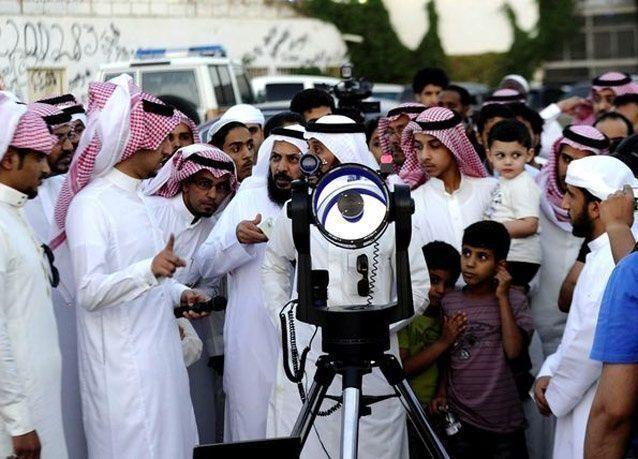 بالصور السعوديون يرصدون هلال الأول من رمضان