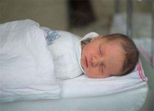 النوم مع الطفل الرضيع في سرير واحد يزيد من خطر وفاته