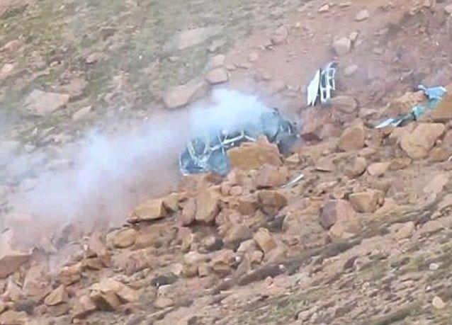 بالصور: نجاة سائق ومرافقه بإعجوبة من تحطم سيارتهما في واد