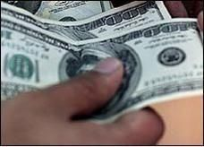 ارتفاع قياسي للدولار أمام الجنيه المصري ليصل 699 قرشاً
