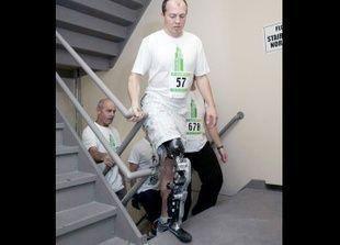 شاب يستخدم أول ساق اصطناعية تستجيب لإشارات الدماغ لصعود 103 طابقا