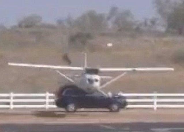 بالصور: لحظات مرعبة لاصطدام طائرة صغيرة بسيارة