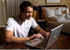 الامارات توفر الحماية القانونية لاستخدام الانترنت وتجرم المخالفين