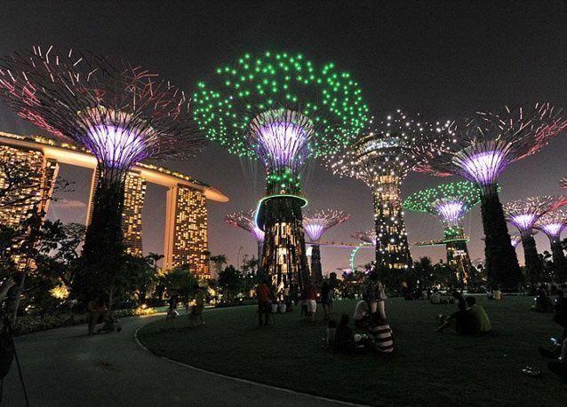 """بالصور: أضواء ميلاد تعمل بالطاقة الشمسية تزيّن """"أشجار السماء"""" في سنغافورة"""