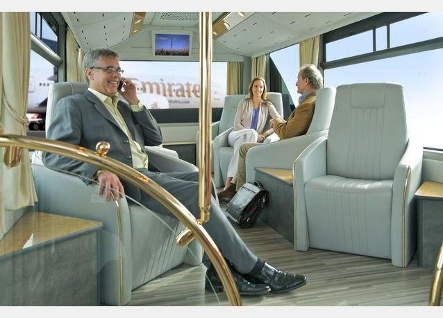 حافلات فاخرة لركاب طيران الإمارات في مطار دبي الدولي