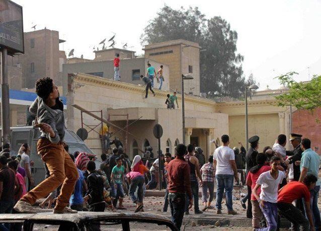 اشتباكات بين الشرطة ومؤيدين لمرسي أمام جامعة القاهرة