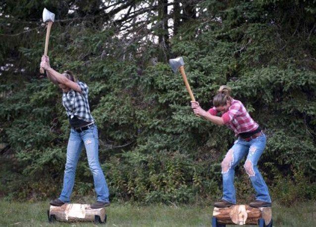 """بالصور: فريق من النساء الجميلات يتحدى الرجال في """"الحطابة"""""""