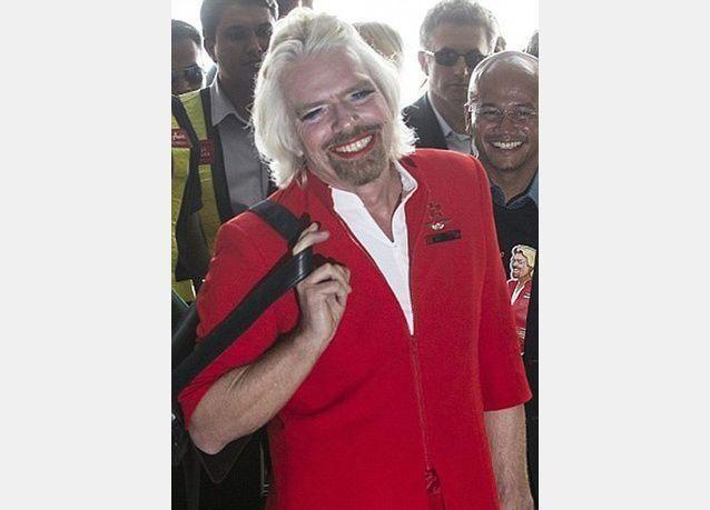 صور لرئيس شركة طيران فيرجن ريشارد برانسون في زي مضيفة طيران
