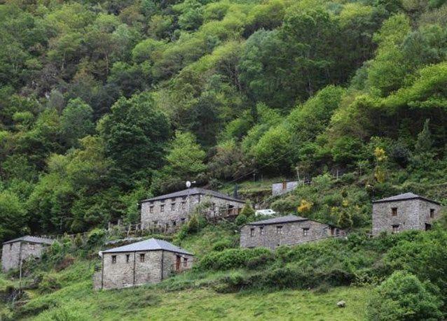 بالصور: بريطاني يشتري قرية اسبانية بـ 40 ألف جنيه استرليني