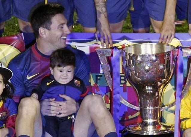 بالصور: تياجو ابن ميسي يحتفل مع برشلونة بكأس الدوري الاسباني