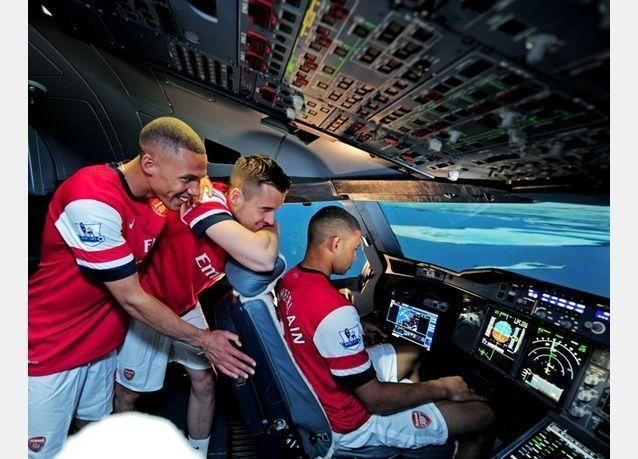 بالصور: طيران الإمارات تضع نجوم آرسنال أمام تحدٍ كبير