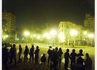 شاهد: إصابة مؤيدين لمرسي بأعيرة نارية  حيث يحتجز الرئيس المصري المعزول